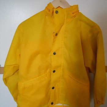 regenjas geel